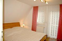 Doppelbett 2 x 1,00m x 2,00 m, Wandschrank, Sessel, Regal, Ablage, Tisch, Funkwecker, DVD TVAnschl - mit eigener Toilette -
