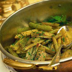 Cardi saltati alle acciughe Ingredientiun grosso cardo tenero - 3 spicchi di aglio - 8 filetti di acciuga sott