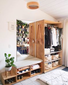 recamara con mesa y closet de madera repleto de ropa Home Bedroom, Bedroom Decor, Bedroom Ideas, No Closet Bedroom, Wardrobe Small Bedroom, Master Bedroom, Bedroom Boys, Extra Bedroom, Ikea Bedroom