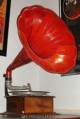 The World's Best Photos of gramophone and phonographe Phonograph, World Best Photos, Horn, Basement, Romantic, Living Room, Tags, Diamond, Red