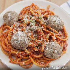 Espaguetis a la boloñesa con albóndigas para niños Albondigas, Spaghetti, Ethnic Recipes, Food, Sausage Spaghetti, Chicken Pasta, Easy Meals, Tagliatelle, Torte Recipe