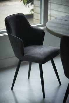 Deze eetkamerstoel is origineel en comfortabel. De eetkamerstoelen zijn uitgevoerd in ecoleder en bieden optimaal comfort. Je kan de stoel namelijk draaien door de aanwezigheid van het unieke draaisysteem. Dat is onder meer handig bij het plaatsnemen en opstaan. Door de fraaie kleur van de eetkamerstoel die in camel is uitgevoerd, passen deze stoelen aan iedere eettafel. Het zitgedeelte heeft een exclusieve stijl en beschikt over een hoge rugleuning en korte, uniek gevormde armleuningen.