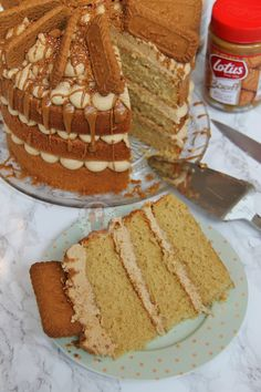 A Delicious and Moist Biscoff Cake with Lotus Biscuits! Perfect Spiced and Sweet cake for all Biscoff Lovers out there! Biscoff Recipes, Baking Recipes, Cake Recipes, Dessert Recipes, Biscoff Cake, Biscoff Cookie Butter, Biscuits Lotus, Janes Patisserie, Patisserie Cake