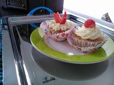 Para o café da manhã de dia dos pais! Muffins de morango com cobertura de chantilly! Receita de http://www.inspiredtaste.net/25809/strawberry-muffins-recipe/