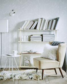 Witte fauteuil in een witte woonkamer | white chair in a white livingroom | Bron: vtwonen 13 2015 | Styling valerie van der werff | Fotografie jeroen van der spek