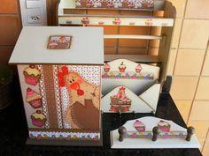 Kit cozinha Cupcake composto por 04 peças: 01 porta rolo triplo, 01 puxa sacos, 01 porta chaves/cartas e 01 porta pano de pratos, mas podem serem acrescentadas outras, como por exemplo, caixa de chá, caixa de café, porta filtro,porta vassouras, porta guardanapos,etc...