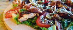 Caesarsalade met krokante polenta kip - Eerlijker Eten