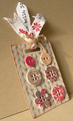 Cute ornament or gift tag idea.print photos (in this case cream knit) on heavy card stock, cut into rectangles, glue uber cute buttons on it, and top off with some sweet ribbons and twine. Diy Buttons, Vintage Buttons, Button Cards, Button Button, Button Moon, Handmade Gift Tags, Handmade Items, Christmas Tag, Christmas Sentiments