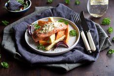 Ovnsbakt laks med kremost og rotgrønnsaker Food And Drink, Tableware, Ethnic Recipes, Dinnerware, Dishes