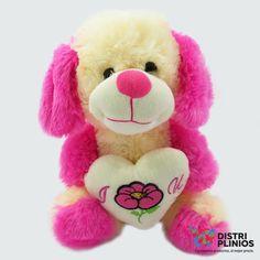 Peluche Perro Con Corazón Hermoso peluche en forma de perro, ideal para regalar. Medidas Alto 28 cms Largo:24 cms Ancho: 19 cms Para ventas al por mayor comuníquese al 320 3083208 o al 3423674 en Bogotá