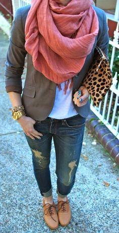 Style classique : Jean destroy, T-shirt blanc, veste grise, echarpe corail, sac pochette léopard