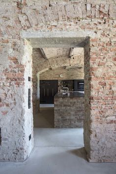 The brick wall underlines the charme of past times and reveals the kitchen behind. Industrial Architecture, Contemporary Architecture, Interior Architecture, Interior And Exterior, Casa Magna, Rue Verte, Brick And Stone, Brickwork, Stone Houses