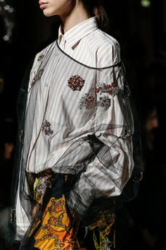 The complete Dries Van Noten Spring 2018 Ready-to-Wear fashion show now on Vogue Runway. Fashion 2018, Fashion Week, High Fashion, Fashion Show, Fashion Trends, Fashion Fashion, Style Couture, Couture Fashion, Runway Fashion