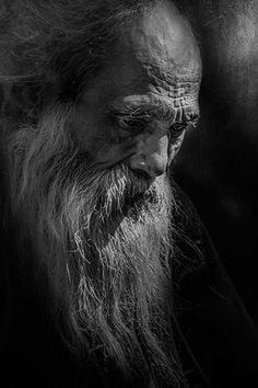 Check out this awesome black and white portrait photography Old Man Portrait, L'art Du Portrait, Pencil Portrait, Black And White Portraits, Black And White Photography, People Photography, Portrait Photography, Photography Trips, Old Faces