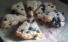 S - Blueberry Scones - 2 cups of almond flour cup of oat fiber 2 tsp baking powder tsp sea salt 2 tbl. swerve or Truvia to taste 1 egg 4 tbl. butter (or coconut oil) 1 tsp vanilla 2 tbl. almond milk or light coconut milk 1 cup of blueberries Trim Healthy Recipes, Trim Healthy Momma, Low Carb Recipes, Snack Recipes, Dessert Recipes, Bread Recipes, Mama Recipe, Get Thin, Blueberry Scones