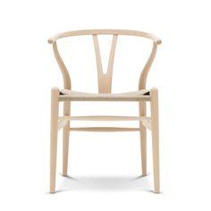 北欧モダンの代表作「Yチェア」が不朽の名作と呼ばれるのには理由がある。木のぬくもりとモダンな雰囲気が調和する静謐とした佇まいには、椅子の巨匠と呼ばれたハンス J. ウェグナーの素材への探究心と木材に対する深い造詣が隠されているのだ。