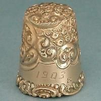 Ornate Antique 14 Kt Rose Gold American Thimble * Dated 1903 Vintage Sewing Notions, Antique Sewing Machines, Sewing Box, Love Sewing, Sewing Hacks, Sewing Crafts, Objets Antiques, Sewing Equipment, Embroidery Scissors