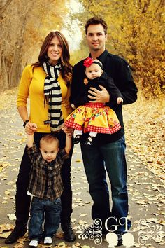 what to wear for a fall family photo session Family Photo Colors, Family Picture Outfits, Family Photo Sessions, Family Posing, Fall Family Pictures, Family Pics, Fall Photos, Family Portraits What To Wear, What To Wear Fall