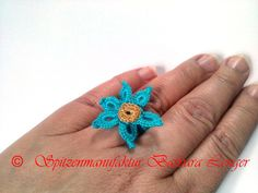 Ein wunderschöner,  gehäkelter Ring  mit einer zarten Blüte.  Der Häkelring ist aus sehr feinem Klöppelgarn gehäkelt, dabei habe ich die alte Tech...