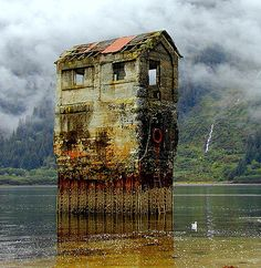 Low tide!... Deserted but not forgotten... Would like to stand in the upper window in the mist...