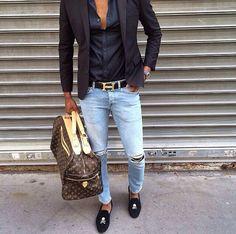 Estilo masculino com bolsa de viagem Louis Vuitton, jeans rasgado, blazer, camisa e slippers, muito apropriados para este look cool.