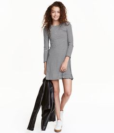 Black/white striped. Short dress in ribbed jersey with long sleeves and a flared skirt with an overlocked hem.