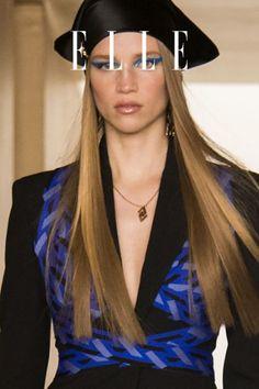 Glänzende Haare, in denen sich das Licht reflektiert? Klingt nach Photoshop –doch der Frisuren-Trend Shiny Hair macht es im Herbst 2021 möglich. #beauty #haut #hautpflege #skincare