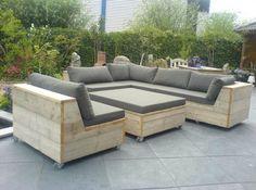 Twee losse zetels en salontafels op wieltjes. Wieltjes meer naar midden en onzichtbaar