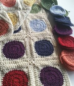 Squaring the circle is loads of fun in crochet. This tutorial shows you how to square off a 3 round crocheted circle. Granny Square Crochet Pattern, Crochet Blocks, Crochet Round, Crochet Squares, Crochet Granny, Crochet Motif, Diy Crochet, Crochet Crafts, Crochet Stitches