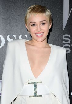 Miley Cyrus at the 2015 W Magazine Shooting Stars Exhibit Opening Razor Cut Hair, Short Hair Cuts, Short Hair Styles, 90s Hairstyles, Celebrity Hairstyles, Straight Hairstyles, Miley Cyrus Hair, Miley Cyrus News, Shaved Blonde