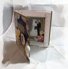 Bokkort i kraft og Maja Design papir.         Engle-stemplet kommer fra Alexandra Renke og blondeservietten i blått er stanset ut med ...