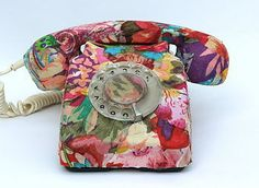Decoupage Telephone - Retro to Go Decopage Furniture, Upcycled Furniture, Painted Furniture, Telephone Retro, Retro Phone, Telephone Call, Upcycled Crafts, Vintage Phones, Decoupage Art