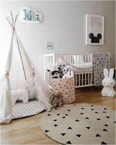 Cudnie wygląda połączenie łóżeczka dla dziecka i obok tipi indiańskiego :) Mogłabyś Magda kłaść się z maluszkiem w tipi i go karmić i mu czytać i przytulać... :) the boo and the boy: kids' rooms on instagram