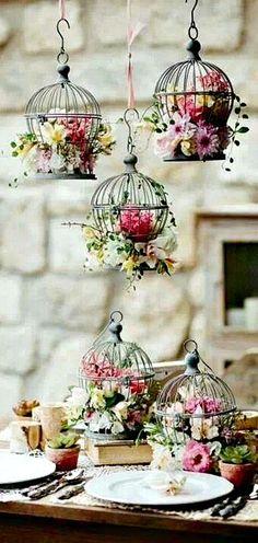 Dunkle Vogelkäfige mit bunten Blumen.