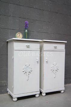 Set nachtkastjes 30004 - Set brocante nachtkastjes wit van kleur. De deurtjes zijn sierlijk bewerkt de randen van de kastjes zijn licht geschuurd.