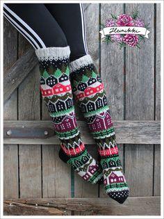 Neuleohje Heinikkilät-kirjoneulesukkiin - Handmade by Heini -verkkokauppa Wool Socks, Knitting Socks, Hand Knitting, Fair Isle Knitting Patterns, Fabric Yarn, Designer Socks, Patterned Socks, Diy Crochet, Womens Slippers
