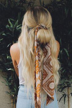 Moda Hippie, Moda Boho, Hair Scarf Styles, Curly Hair Styles, Hair Styles With Bandanas, Hair With Scarf, Scarf Bun, Bandana Scarf, Scarf Hairstyles