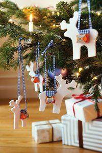 Die Rentiere für den Weihnachtsbaum oder das Adventsgesteck lassen sich aus Filz, Schleifenband und Pralinen leicht zu Hause basteln. Foto: ...