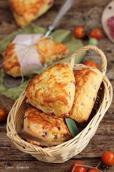 Scones with Salami and Cheese I Love Food, Good Food, Sissi, Pastry And Bakery, Salmon Burgers, Street Food, Scones, Baked Goods, Tapas