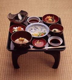pamandjapan:  本膳料理 (Honzen Ryori) Honzen Ryori is one of the three basic styles of Japanese cuisine and a highly ritualized form of serving food, in which prescribed dishes are carefully arranged and served on legged trays.