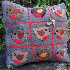 almofadas - copy e paste Felt Pillow, Bird Pillow, Crochet Christmas Ornaments, Christmas Crafts, Diy Pillow Covers, Christmas Cushions, Felt Applique, Applique Ideas, Felt Patterns