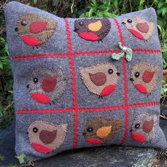 Robins in love, found on : http://bustleandsew.com/patterns/thinking-about-christmas-free-robins-pattern/