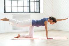 Stačí 5 minut cvičení ráno u postele a zvednete si zadek i sebevědomí. Pilates pro začátečníky kombinuje jógu s dalšími technikami pro duševní i fyzické zdraví.