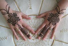 Mehendi:メヘンディ ヒンディ語の『ヘナで肌を染める』と言う意味。その古代芸術の歴史は3000年以上前からと言われており、メヘンディは幸福をもたらす、富を得ると信じられている。    インドの婚礼には必ず、花嫁の手足により細かいレースのようなデザインを施す。 それは濃く染まることで、その幸せが続くと言われています。 美しいメヘンディを両手にびっしりと描くことは、『水仕事(家事)をしなくていい、労働をしなくてもいい良い家柄に嫁いだ=婿の家族から大切にされている、幸せな奥さん』とも考えられているらしい。   デザインの壮美さだけでなく、婚礼の前日に描かれたメヘンディが、翌日に「茶色」に染まっていると、新郎からの深い愛情の印、「紅く」染まっていれば、新婦の愛は「炎のように燃えている!」だとか!! それだけインドのブライダルでは欠かせないものだそう。 2〜3週間で自然と消えるらしい。