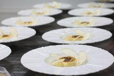 Crema Catalană cu mere și sorbet de lămâie Executive Chef, Pastry Chef, Sorbet, Fine Dining, Panna Cotta, Restaurant, Ethnic Recipes, Food, Dulce De Leche