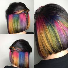Este lindo corte en colores. | 17 Fotografías que harán que quieras cortarte el pelo inmediatamente Short Rainbow Hair, Hidden Rainbow Hair, Dark Purple Hair, Blonde With Pink, Vivid Hair Color, Hair Dye Colors, Short Bob Hairstyles, Pretty Hairstyles, Pelo Multicolor
