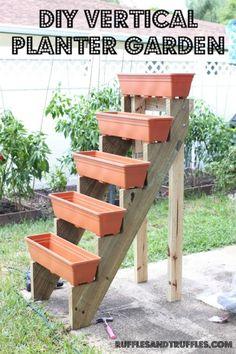 Jardim Vertical – DIY * Decoration and Invention *: Vertical Garden – DIY Diy Garden, Garden Projects, Garden Landscaping, Planter Garden, Garden Farm, Diy Projects, Planter Boxes, Garden Web, Plastic Planter