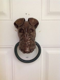 Bronzeguss-Harz-Kopf, mit handgeschmiedeten Stahlring. Alle Stücke sind entworfen und erstellt von Künstler, Kerry McGuire. Signiert und nummeriert. Sie erhalten eine Patina und Wachs UV schützenden Klarlack. Es gibt 2 Optionen für Befestigungsteile. Bitte angeben, welche Art Sie