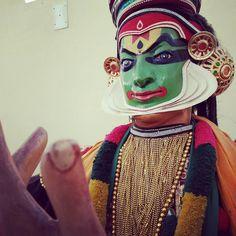 Intentando #entender el #arteescenico #tradicional de #kerala llamado #kathakali ... Un arte escénico #gestual basado en las #expresiones de #manos y #caras ... #teatro #mitologia ... #india #art #arte #teatro