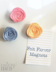 Make some beautiful felt flower magnets for your fridge or office cubicle. The pretty colors are sure to brighten up your space! Zipper Flowers, Felt Flowers, Fabric Flowers, Easy Paper Crafts, Felt Crafts, Kid Crafts, Ribbon Flower Tutorial, Bow Tutorial, Felt Magnet